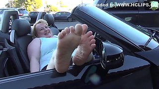 Blonde BBW gets perfect toes sucked in car