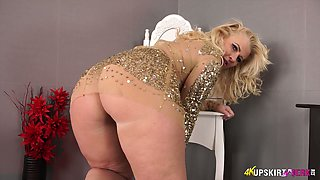 Chubby blonde mommy Nikki Lee exposes her nice ass